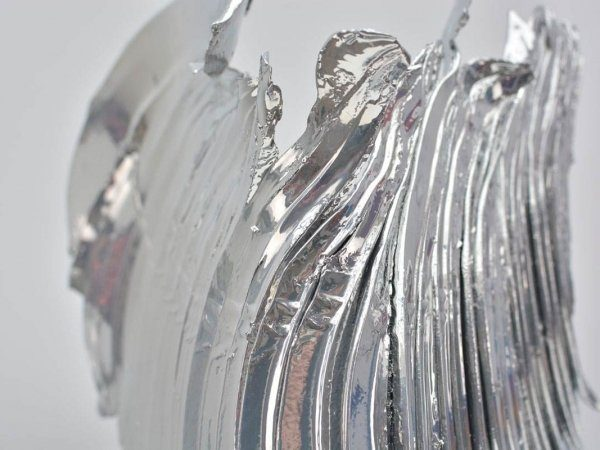 close-up-view-of-silver-effect-sculpture-spirit-of-ecstasy-1